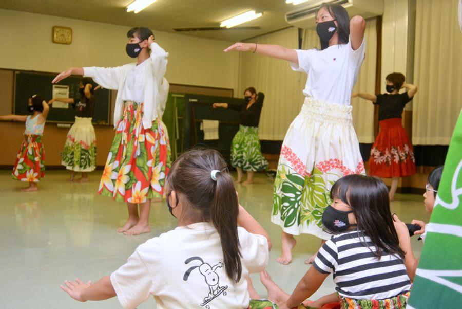 フラジャスミンの練習風景。小さい子たちは踊りをまねしながら覚える(写真はいずれも高知市南河ノ瀬町の潮江市民会館)