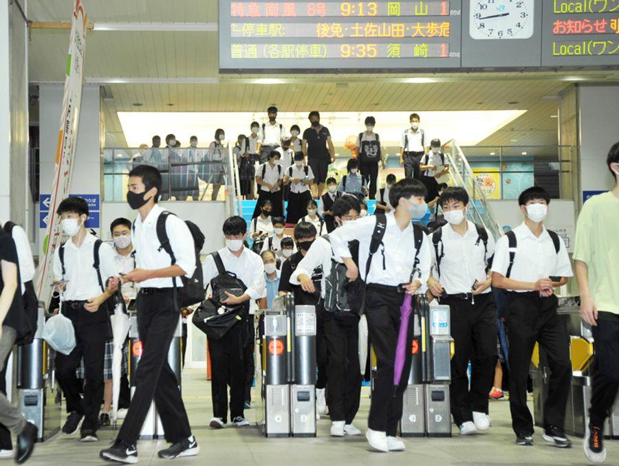 午前8時45分ごろ、次々とホームを下りてくる高校生たち(JR高知駅)