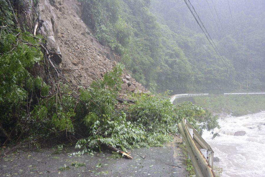 土砂崩れで路面がふさがれた県道安田東洋線 (22日午前9時ごろ、安田町船倉)