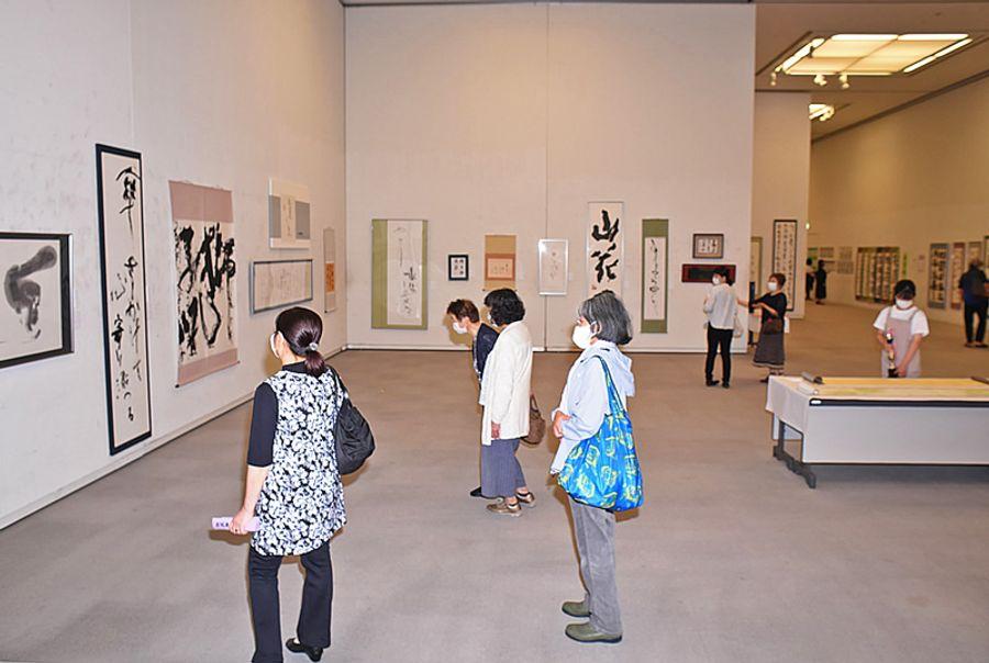 子どもから大人まで、957点の作品が並ぶ「書道高知」65周年作品展(高知市の「かるぽーと」)