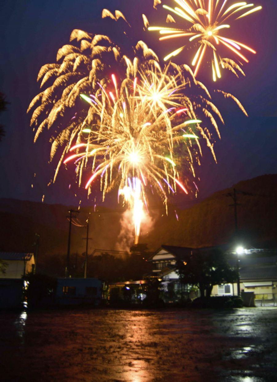 雨の夜を彩った花火(香美市土佐山田町本村)