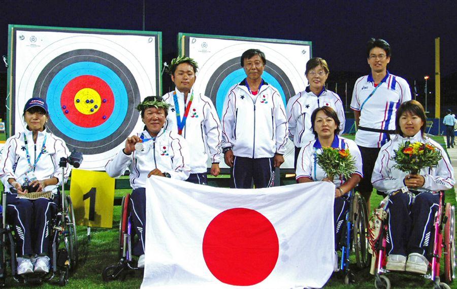 アテネ大会アーチェリー団体で銀メダルに輝いた佐古田伸治さん=左から2人目(佐古田さん提供)