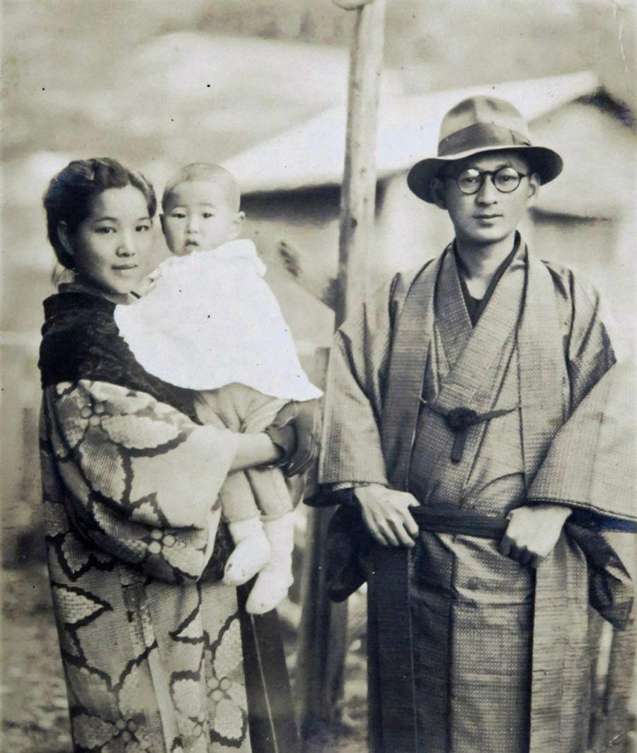 両親と写真に納まる幼少の浜田吉行さん。父の記憶はないという(浜田さん提供)