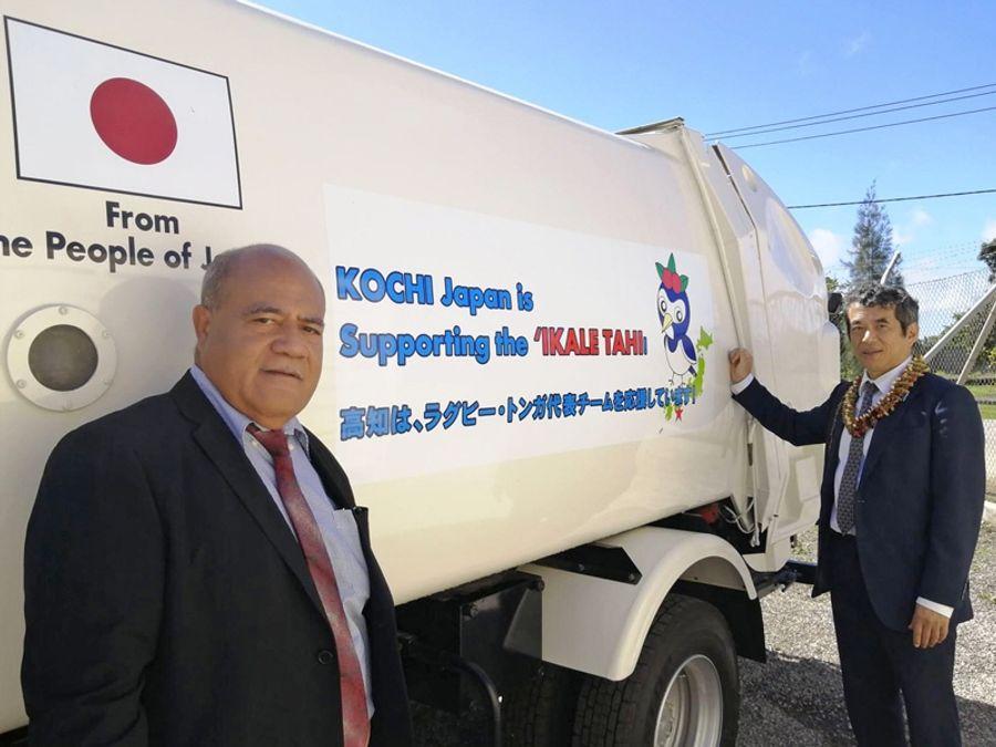 トンガ王国に寄贈された高知市のごみ収集車。側面には高知をアピールするメッセージも書かれている(8日、トンガ・ヌクアロファ)
