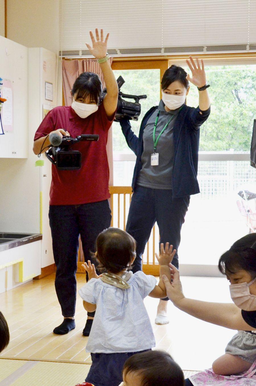 元気いっぱいの保育園児を取材するIWKTVのスタッフ(黒潮町入野の大方中央保育所)