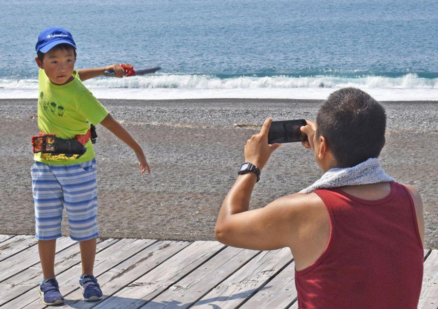 ユーチューブに投稿する動画を撮影する参加者(芸西村の琴ケ浜)