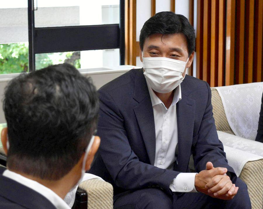 浜田知事と懇談する林始興総領事(県庁)