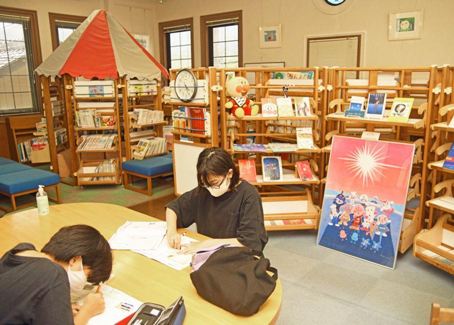 やなせたかしさんらが寄贈した絵本などが並ぶ2階の「アンパンマン図書館」