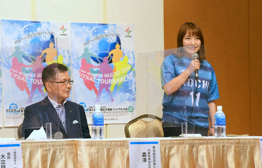 トリムカップに向けて意気込みを語る吉川美登選手=右。左は日本トリムの森沢紳勝社長(高知市内)