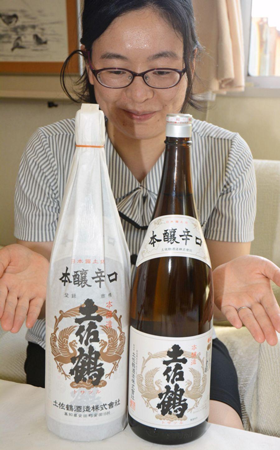 一升瓶の包装紙を廃止した商品=右=に切り替えた(安田町安田の土佐鶴酒造)