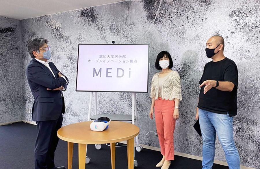 「MEDi」の運営について話し合う菅沼成文医学部長=左端=ら(高知市追手筋1丁目=高知大医学部提供)