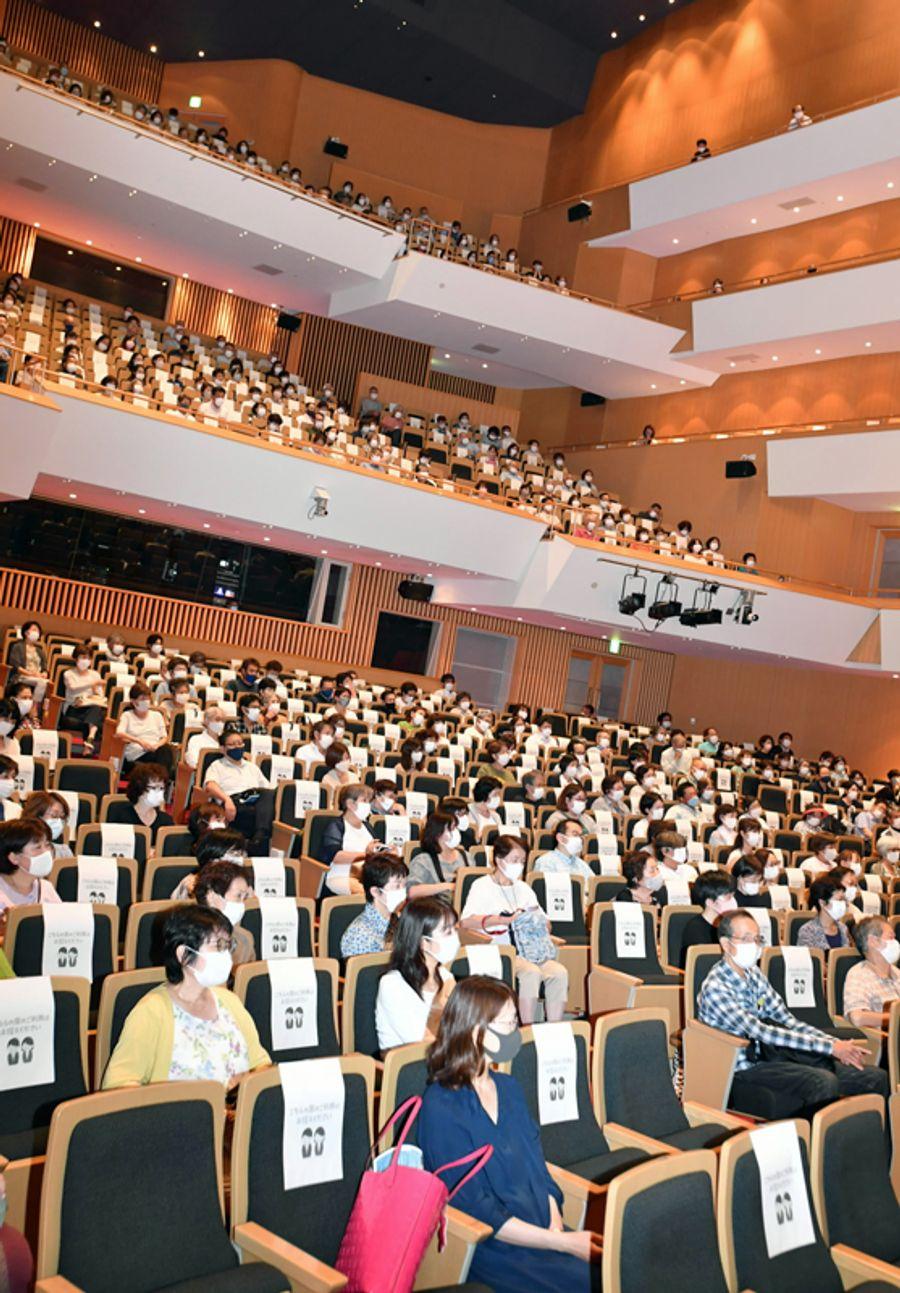 コロナ対策を講じて開催された今年の高知市夏季大学。受講者はマスクを着用し、1席ずつ空けて座った(同市の「かるぽーと」=山下正晃撮影)