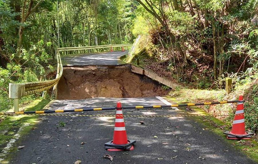 10メートルにわたり陥没した県道大方大正線(18日午前11時ごろ、四万十町打井川)