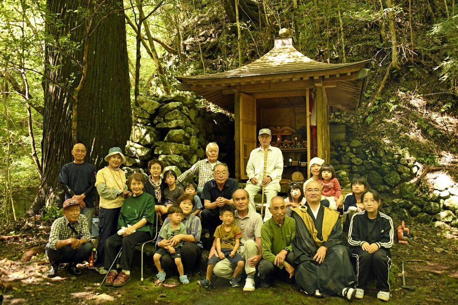 祭事で顔をそろえた中津尾や近隣集落の出身者ら(写真はいずれも香美市物部町中津尾)