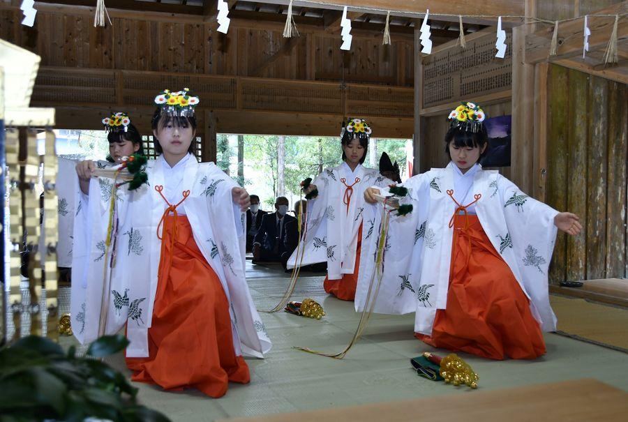 一新された装いで浦安の舞を奉納する甲浦小学校の児童(東洋町河内の甲浦八幡宮)