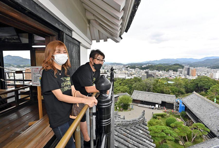 高知市内の県立集客施設の休館が終了。高知城では県外客らが景観を楽しんだ(森本敦士撮影)